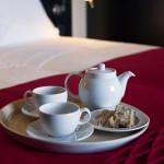 Tabuleiro sobre cama com manta de burel. Casa D L Cura, Genísio, Miranda do Douro, Portugal.